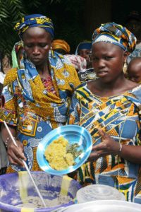 The cooking of enriched porridge, which was part of the nutrition field school activity, attracted lot of attention at the field day organized in Sirakele village, Koutiala district, Mali.