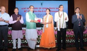 Dr Bhogireddy Sailaja receiving the medal and certificate from Mr Radha Mohan Singh (second from left). Mr Sudarshan Bhagat, Minister of State for Agriculture and Farmers Welfare (extreme left) and Dr Trilochan Mohapatra (extreme right) are also seen.