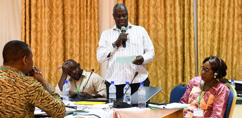 Un participant Ougandais rapporte les résultats des travaux d'une séance lors de travail. Photo: A Diama, ICRISAT