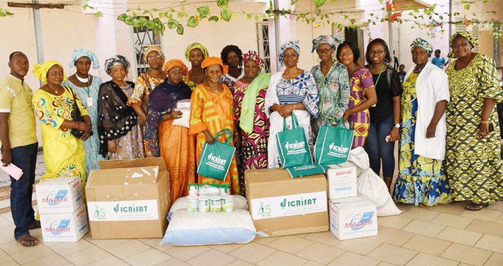 Le forum des femmes de l'ICRISAT en compagnie des responsables du Centre d'accueil et de placement familial. Photo: ICRISAT