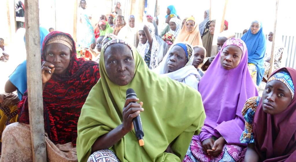 Madame Hadja Hauwa Audu, Leader de groupement des femmes (avec un microphone) et d'autres membres du centre de la communauté des femmes de Yadakwari, Nigéria. Photo: ICRISAT