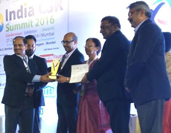 Dr Wani receiving the award along with Mr GJ Deshpande Director - Technical JSW Energy Limited and Mr Mukund Gorakshkar, Executive Officer, JSW Foundation. Photo: L Pillai, ICRISAT