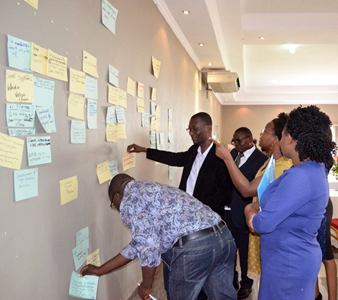 Participants discuss challenges and interventions for the agriculture sector. Photos: CIP