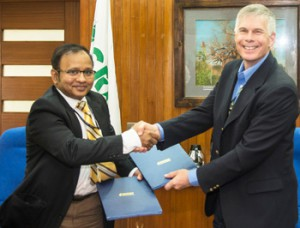 Mr Chakravarthi and Dr Bergvinson at the MoU signing.  Photo: S Punna, ICRISAT