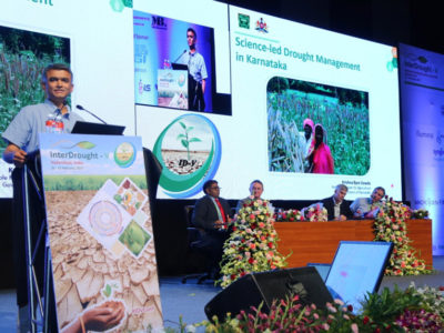 Chief guest Sri Krishna Byre Gowda, Minister of Agriculture, Government of Karnataka, addresses the participants at InterDrought-V as conference chair Francois Tardieu, chief organizer Rajeev Varshney, ICRISAT DG David Bergvinson and DDG Research, Peter Carberry look on.