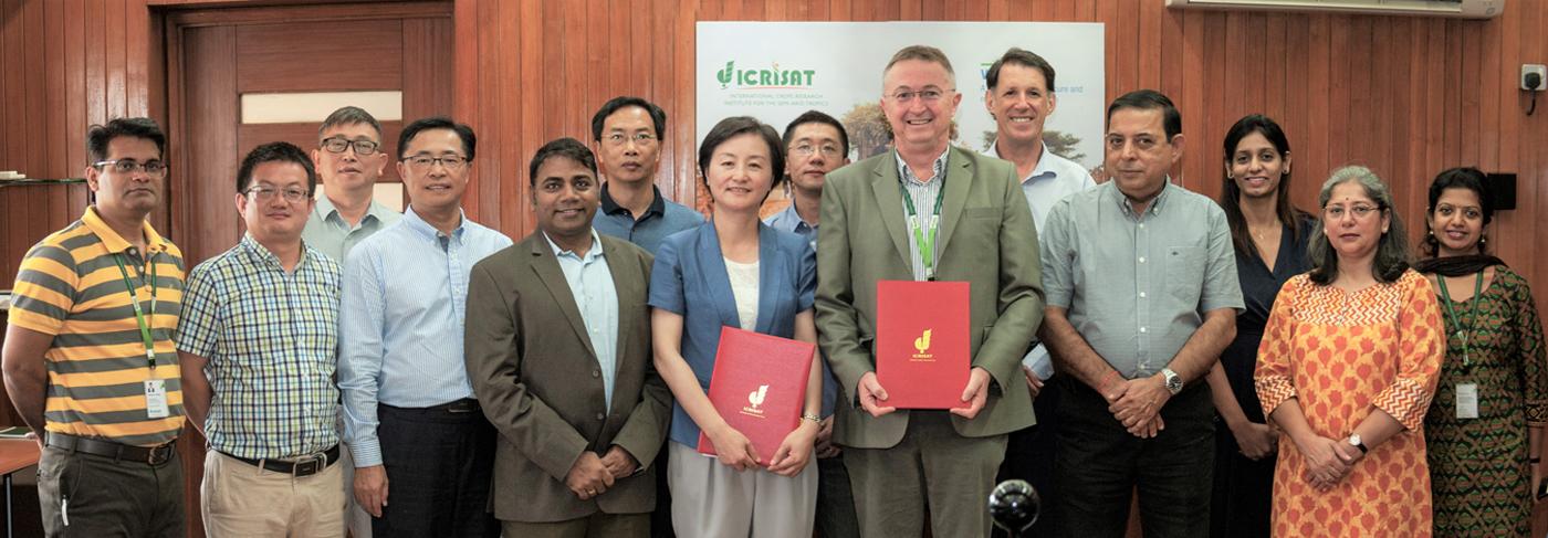 Signing of MoU between ICRISAT and Zhejiang Academy of Agricultural Sciences (ZAAS). Photo: Anjaiah Balammola