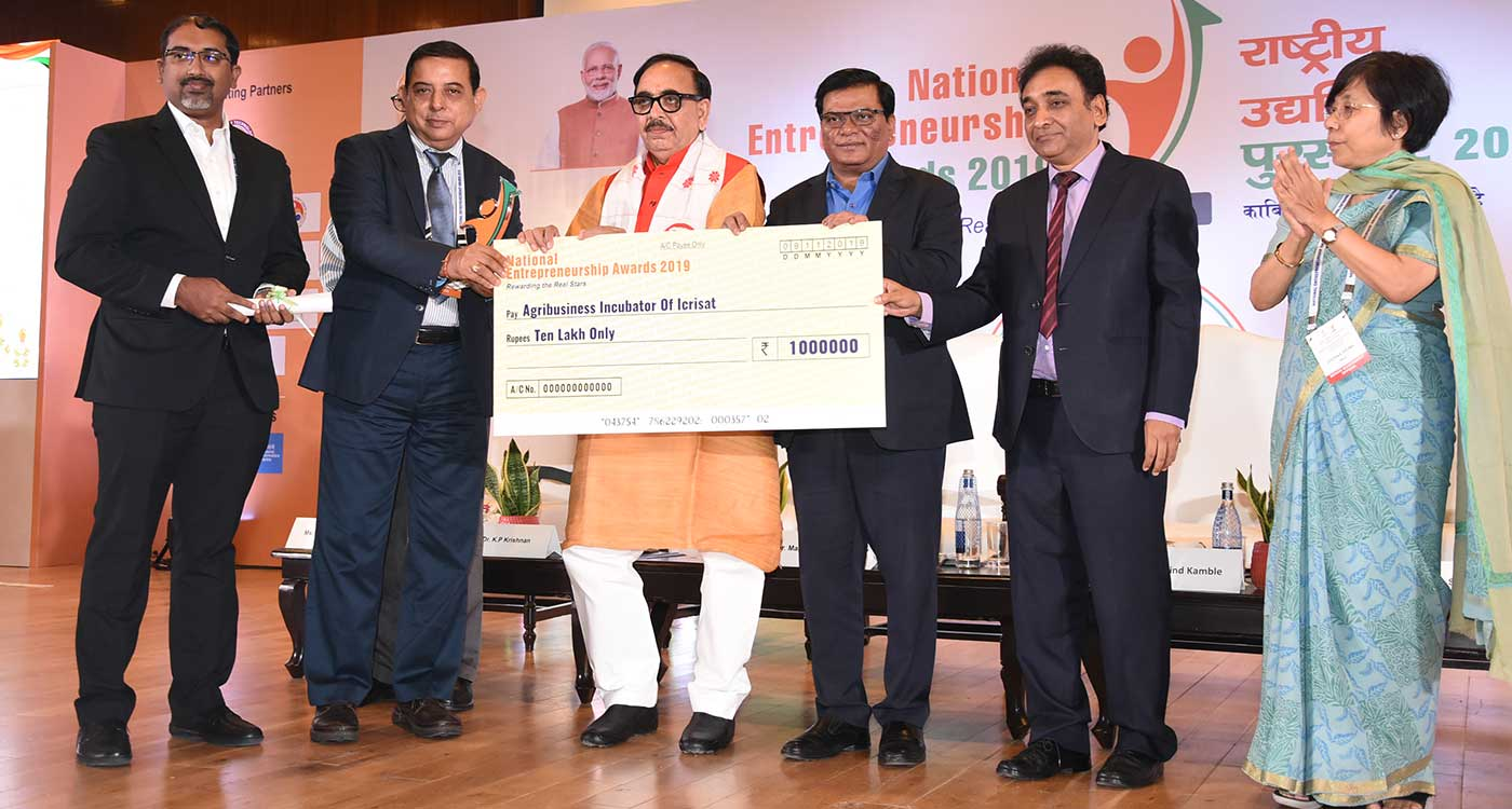 Dr Kiran Sharma, Deputy Director General–Research, and Jonathan Philroy, Manager, ABI, accepting the award from Dr Mahendra Nath Pandey, Minister of State for Skill Development and Entrepreneurship. Photo: ICRISAT