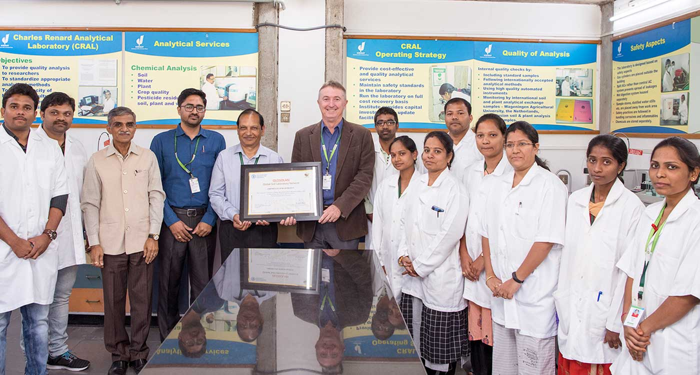 (Third to fifth from left) Dr Sreenath Dixit, Head, IDC (third from left); Dr Pushpajeet Chaudhary, Manager, CRAL; Dr Pooran Gaur, Research Program Director, Asia; Dr Peter Carberry, Director General, ICRISAT; with the lab's staff at ICRISAT. Photo: S Punna, ICRISAT