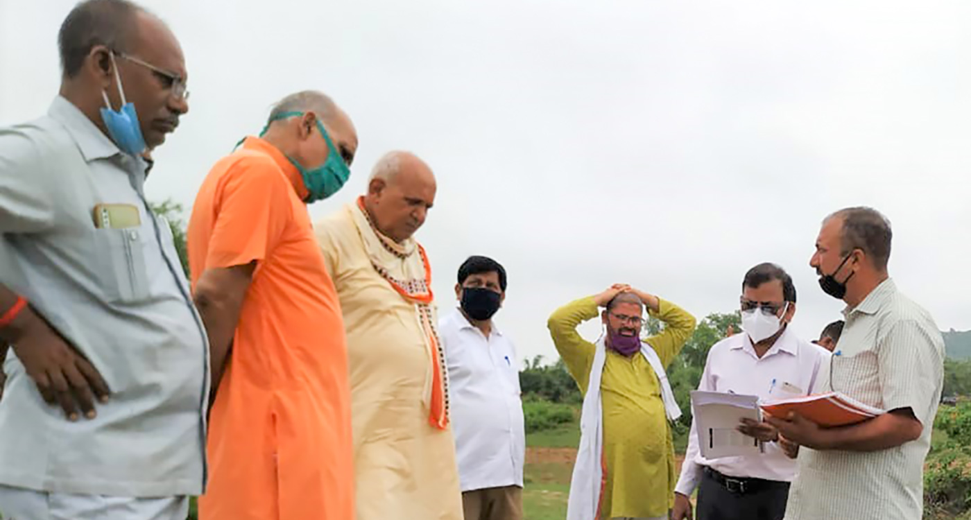 Mr Surya Pratap Shahi, Minister of Agriculture, Uttar Pradesh, reviews DFI project and visits project site in Chitrakoot. Photo: ICRISAT Development Center